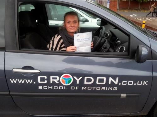 Monika w samochodzie po egzaminie praktycznym