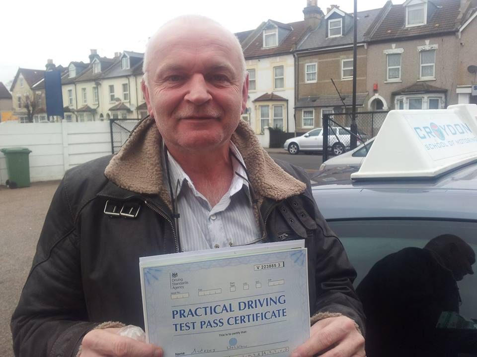 Andrzej już zdał egzamin z jazdy w UK